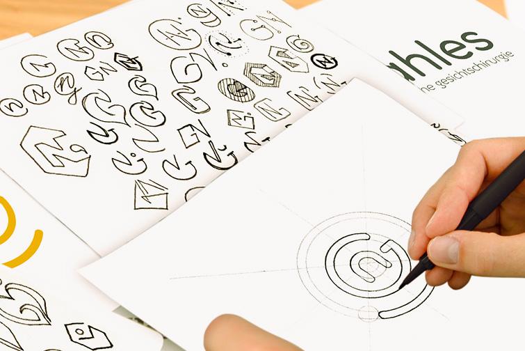 Alaventa GmbH Referenz Dr. Nahles Berlin Markenentwicklung, Zeichnen des Logos auf Papier